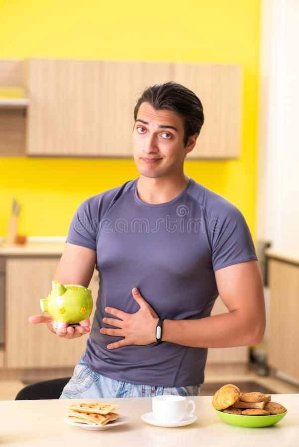Ο νεαρός άνδρας στην ανθυγειινή έννοια τροφίμων στοκ εικόνες