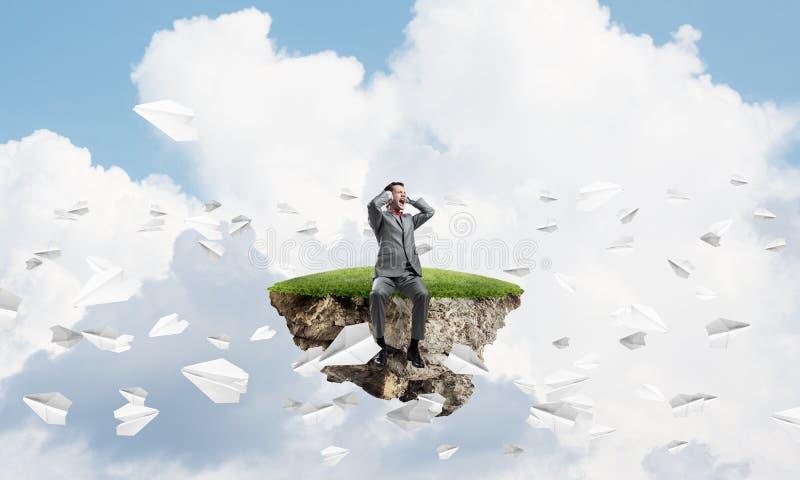 Ο νεαρός άνδρας στον ουρανό δεν θέλει να ακούσει τη μύγα αεροπλάνων τίποτα και εγγράφου γύρω ελεύθερη απεικόνιση δικαιώματος