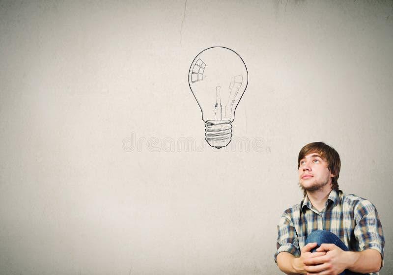 Ο νεαρός άνδρας έχει μια ιδέα στοκ εικόνες με δικαίωμα ελεύθερης χρήσης