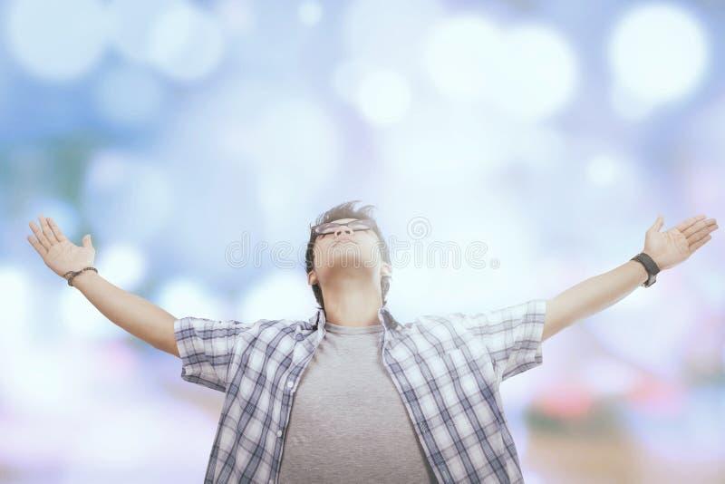 Ο νεαρός άνδρας αισθάνεται ελεύθερος στοκ φωτογραφία με δικαίωμα ελεύθερης χρήσης