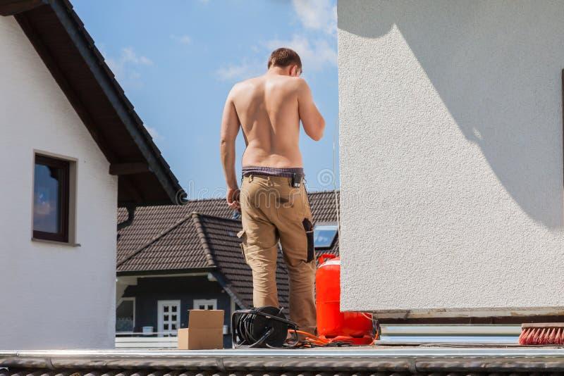 Ο νεαρός άνδρας αποκατέστησε ένα μπαλκόνι στοκ εικόνα με δικαίωμα ελεύθερης χρήσης