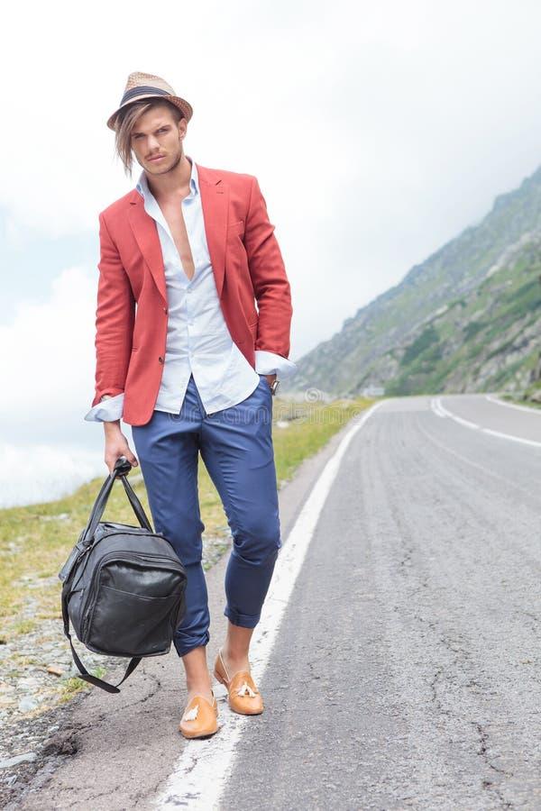 Ο νεαρός άνδρας εξετάζει σας από την οδική πλευρά στοκ εικόνες με δικαίωμα ελεύθερης χρήσης