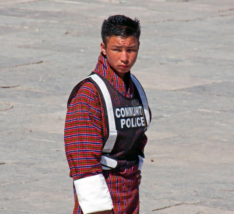 Ο νεαρός άνδρας προσφέρθηκε εθελοντικά ως κοινοτική αστυνομία στο φεστιβάλ Wangdue Tshechu στοκ φωτογραφίες