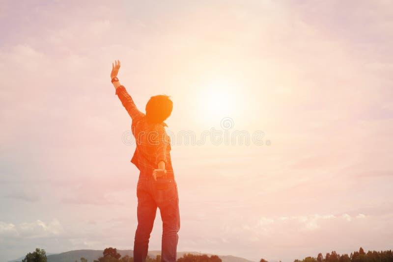 Ο νεαρός άνδρας σκιαγραφιών αυξάνει τα χέρια επάνω για την έννοια επιτυχίας S του στοκ εικόνες με δικαίωμα ελεύθερης χρήσης