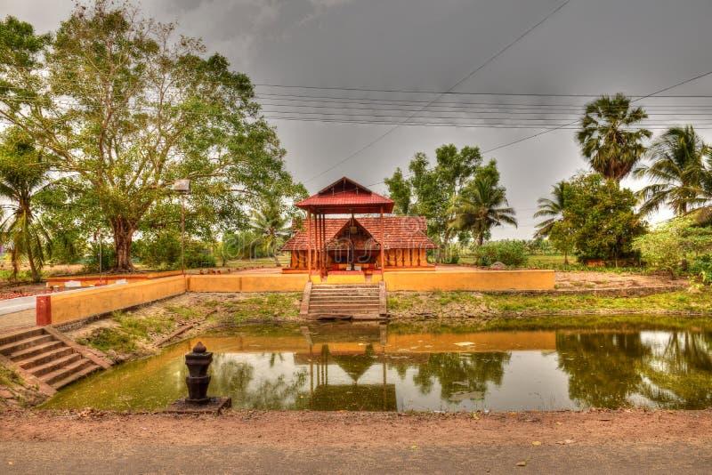 Ο νεωτερισμός καταστρέφει - η ομορφιά ενός ναού που χαλούν με την ηλεκτρική σταυροειδή διάταξη γραμμών στοκ εικόνες