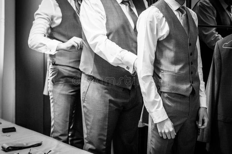 Ο νεόνυμφος με το γάμο βεβαιώνει αυτοί προετοιμάζεται για το γάμο στοκ φωτογραφία με δικαίωμα ελεύθερης χρήσης