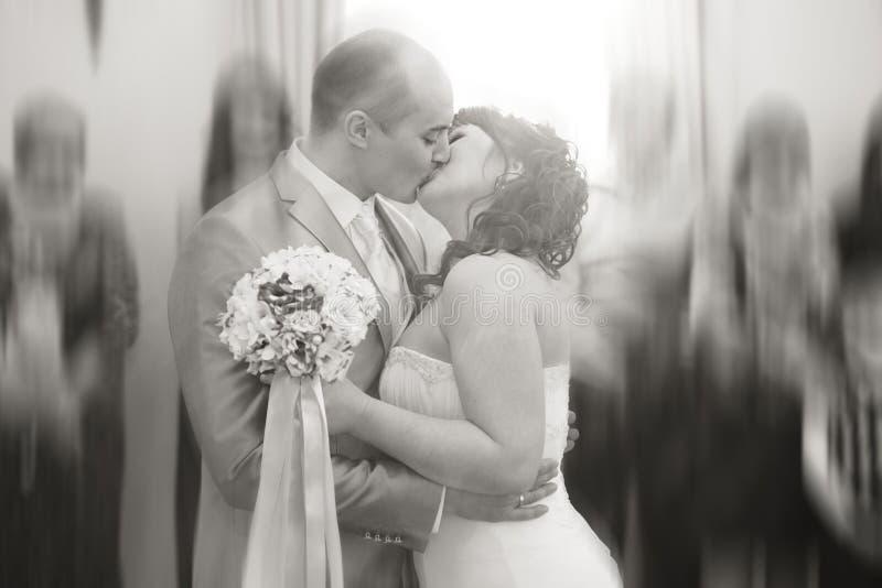 Ο νεόνυμφος φιλά τη νύφη στοκ εικόνες