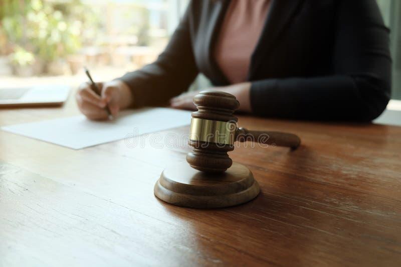Ο νομικός σύμβουλος παρουσιάζει στον πελάτη μια υπογεγραμμένη σύμβαση με gavel και το νομικό νόμο στοκ φωτογραφία με δικαίωμα ελεύθερης χρήσης
