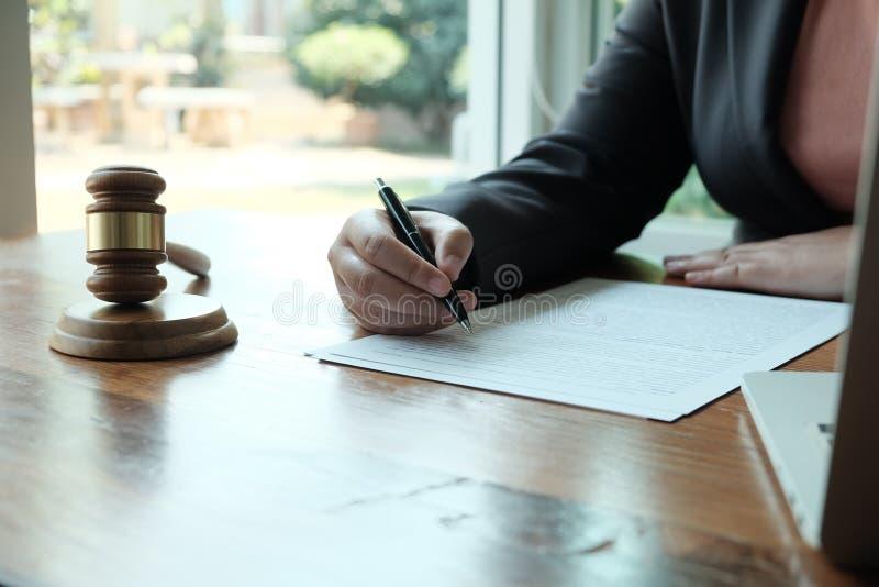 Ο νομικός σύμβουλος παρουσιάζει στον πελάτη μια υπογεγραμμένη σύμβαση με gavel και το νομικό νόμο δικαιοσύνη και νόμος δικηγόρων  στοκ φωτογραφίες με δικαίωμα ελεύθερης χρήσης