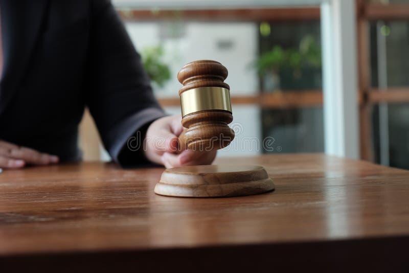 Ο νομικός σύμβουλος παρουσιάζει στον πελάτη μια υπογεγραμμένη σύμβαση με gavel και το νομικό νόμο δικαιοσύνη και νόμος δικηγόρων  στοκ φωτογραφίες