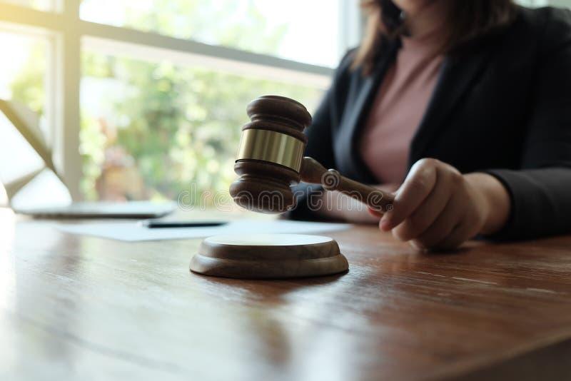 Ο νομικός σύμβουλος παρουσιάζει στον πελάτη μια υπογεγραμμένη σύμβαση με gavel και το νομικό νόμο στοκ εικόνα
