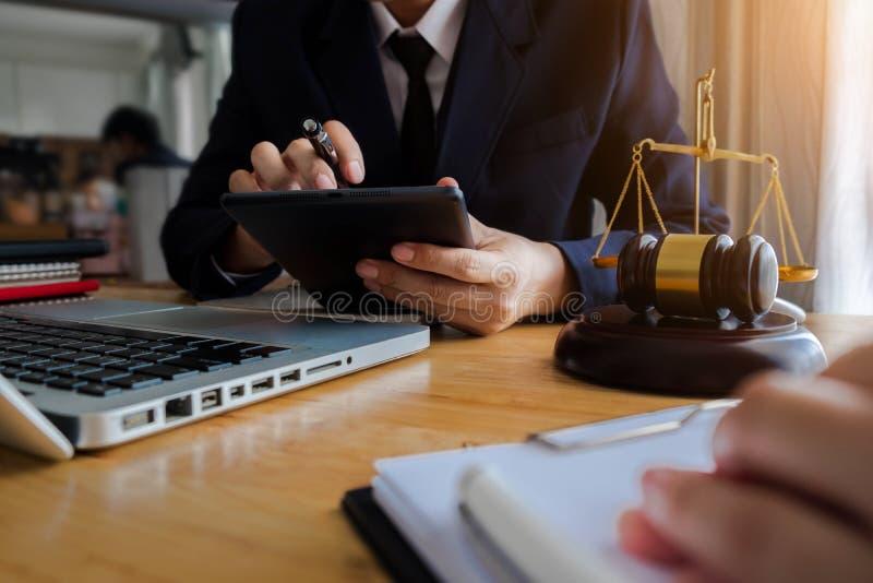 Ο νομικός σύμβουλος παρουσιάζει στον πελάτη μια υπογεγραμμένη σύμβαση με gavel και το νομικό νόμο στοκ εικόνες με δικαίωμα ελεύθερης χρήσης