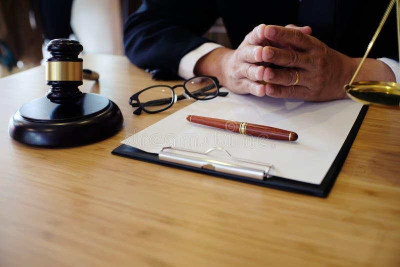 Ο νομικός σύμβουλος παρουσιάζει στον πελάτη που μια υπογεγραμμένη σύμβαση με έδωσε στοκ εικόνα