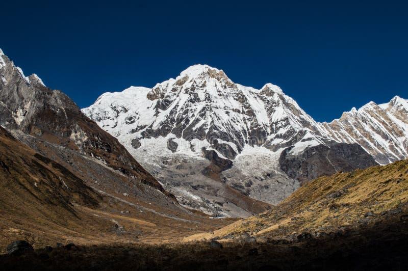 Ο νότος Annapurna βουνών, που προς το στρατόπεδο βάσεων Με έναν βαθύ μπλε ουρανό Ιμαλάια Νεπάλ στοκ εικόνες με δικαίωμα ελεύθερης χρήσης