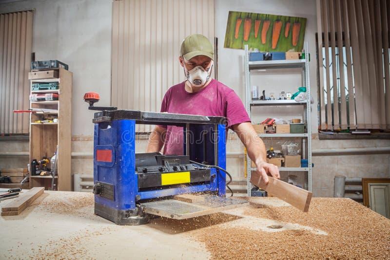 Ο ξυλουργός ατόμων έκοψε ξύλινο στοκ φωτογραφία με δικαίωμα ελεύθερης χρήσης