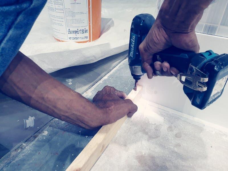 Ο ξυλουργός εγκαθιστά την ξύλινη εργασία στοκ φωτογραφίες