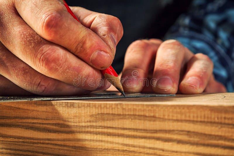 Ο ξυλουργός χαρακτηρίζει ξύλινο στοκ φωτογραφία