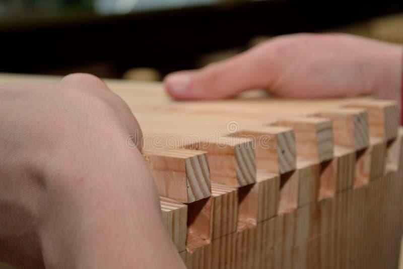 Ο ξυλουργός χρησιμοποιεί την ξύλινη τεχνολογία σύνδεσης στοκ εικόνες με δικαίωμα ελεύθερης χρήσης