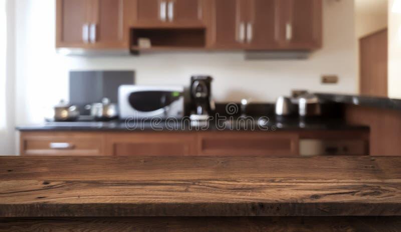 Ο ξύλινος πίνακας μπροστά από η σύγχρονη αντίθετη κορυφή κουζινών στοκ φωτογραφία με δικαίωμα ελεύθερης χρήσης