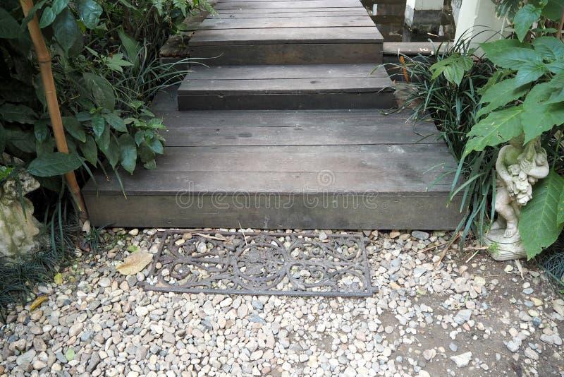 ο ξύλινος τρόπος περιπάτων στον κήπο φαίνεται τόσο συμπαθητικός στοκ φωτογραφία με δικαίωμα ελεύθερης χρήσης