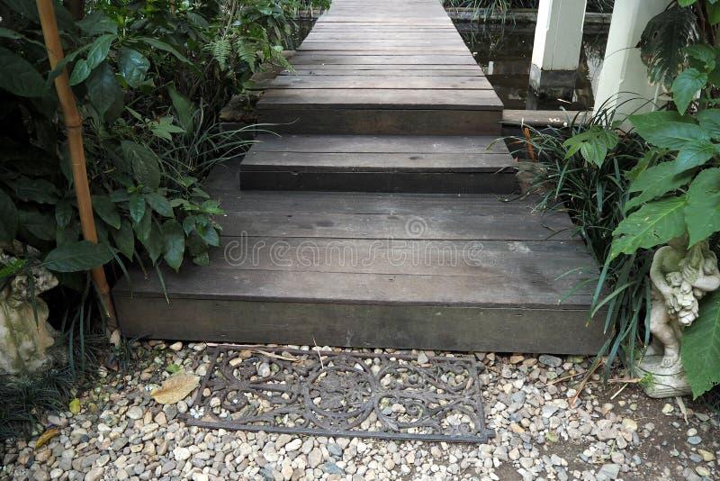 ο ξύλινος τρόπος περιπάτων στον κήπο φαίνεται τόσο συμπαθητικός στοκ εικόνα με δικαίωμα ελεύθερης χρήσης
