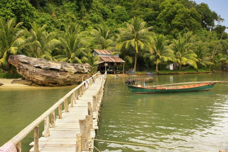 Ο ξύλινος λιμενοβραχίονας στο τοπικό χωριό, διευρύνει το εθνικό πάρκο, Καμπότζη στοκ εικόνες