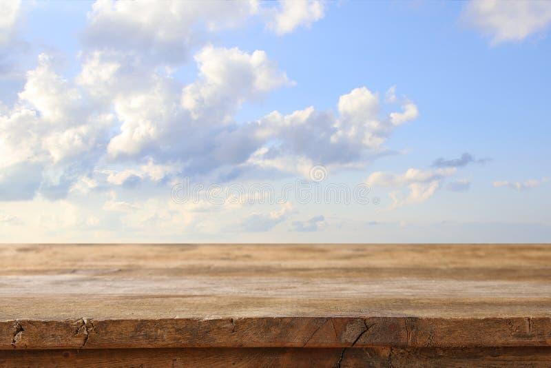 Ο ξύλινος πίνακας πινάκων μπροστά από τον ήλιο εξερράγη τον ουρανό υπόβαθρο επίδειξης προϊόντων στοκ εικόνα με δικαίωμα ελεύθερης χρήσης