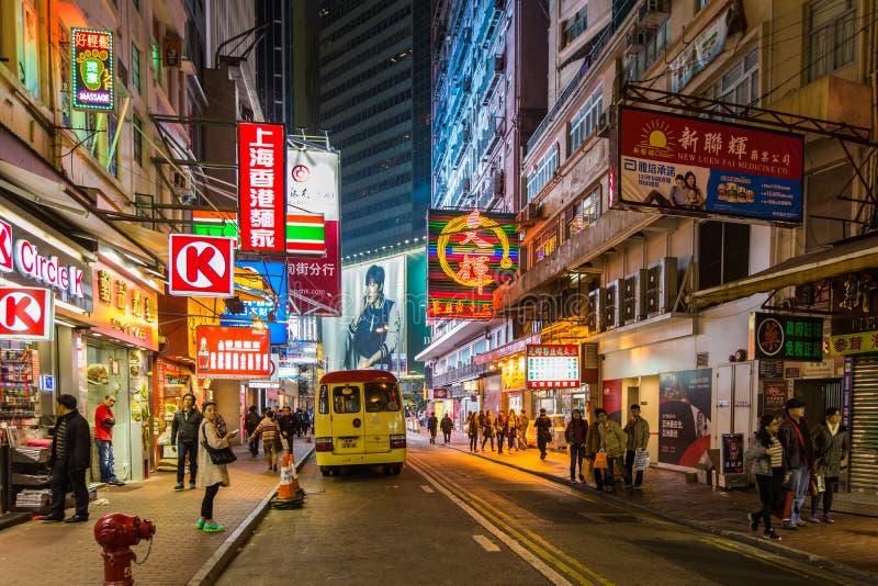 Οδοί πόλεων Χονγκ Κονγκ τη νύχτα στοκ φωτογραφία