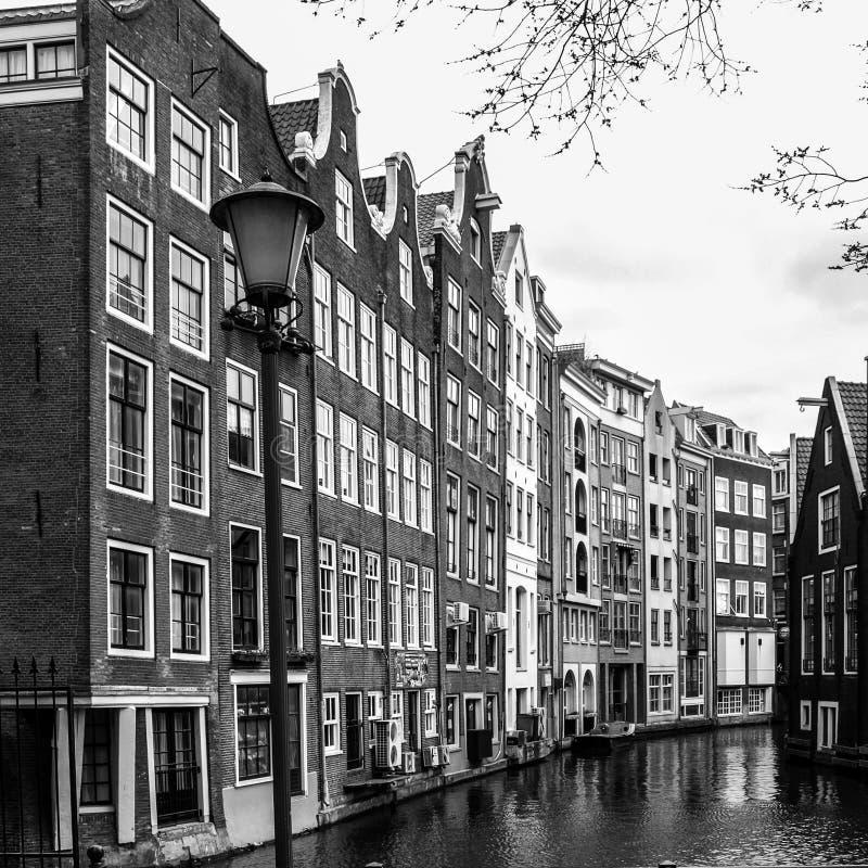 Οδοί του Άμστερνταμ Άποψη των στενών κατοικημένων σπιτιών στο ιστορικό κέντρο της πόλης του Άμστερνταμ, Κάτω Χώρες στοκ εικόνα με δικαίωμα ελεύθερης χρήσης