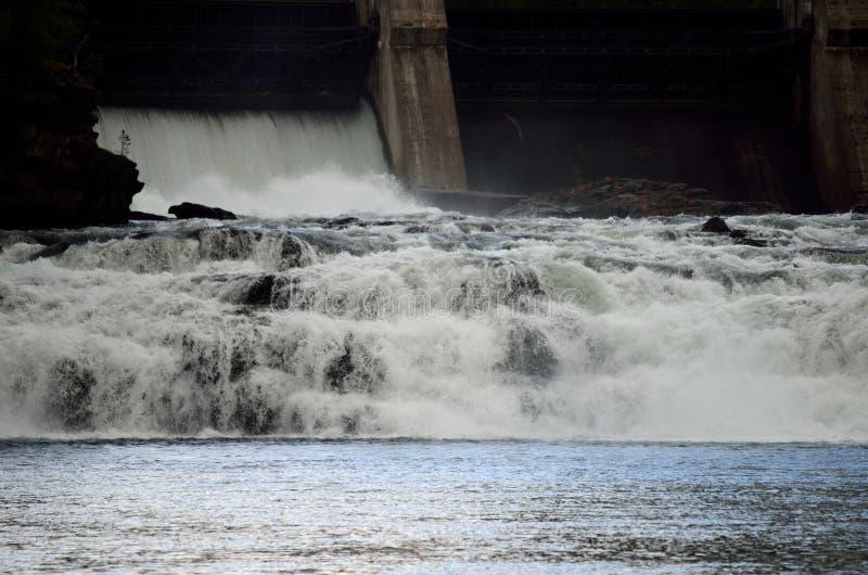 Ο ογκώδης καταρράκτης ως συγκεκριμένο εμπόδιο νερού ανοίγει στοκ φωτογραφίες