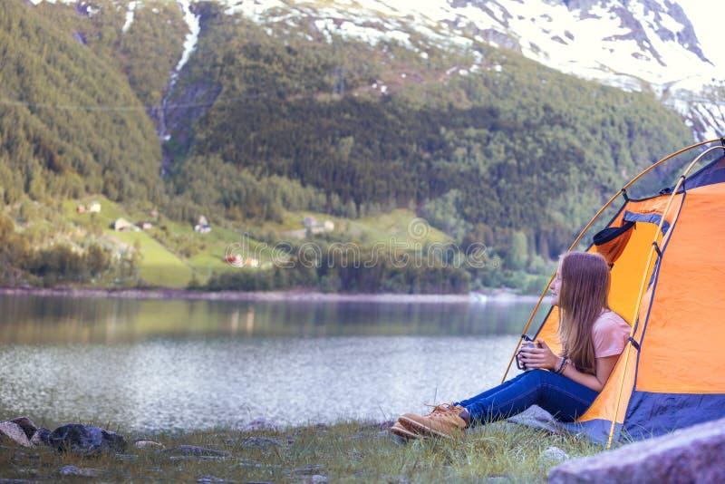 Ο οδοιπόρος κοριτσιών κάθεται σε μια σκηνή στοκ εικόνα με δικαίωμα ελεύθερης χρήσης