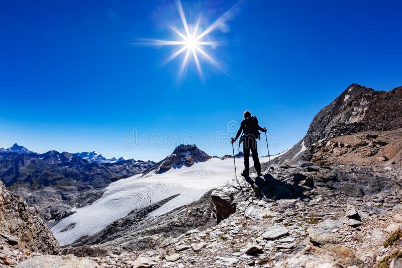 Ο οδοιπόρος φθάνει σε ένα πέρασμα υψηλών βουνών, ιταλικές Άλπεις, Val Δ ` Aosta, Ι στοκ εικόνες