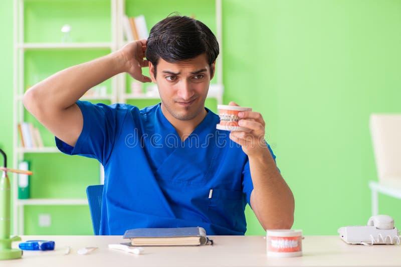Ο οδοντίατρος ατόμων που εργάζεται στο νέο μόσχευμα δοντιών στοκ φωτογραφίες με δικαίωμα ελεύθερης χρήσης