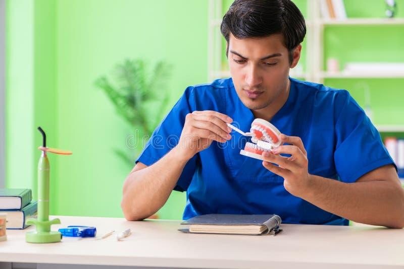 Ο οδοντίατρος ατόμων που εργάζεται στο νέο μόσχευμα δοντιών στοκ φωτογραφία με δικαίωμα ελεύθερης χρήσης