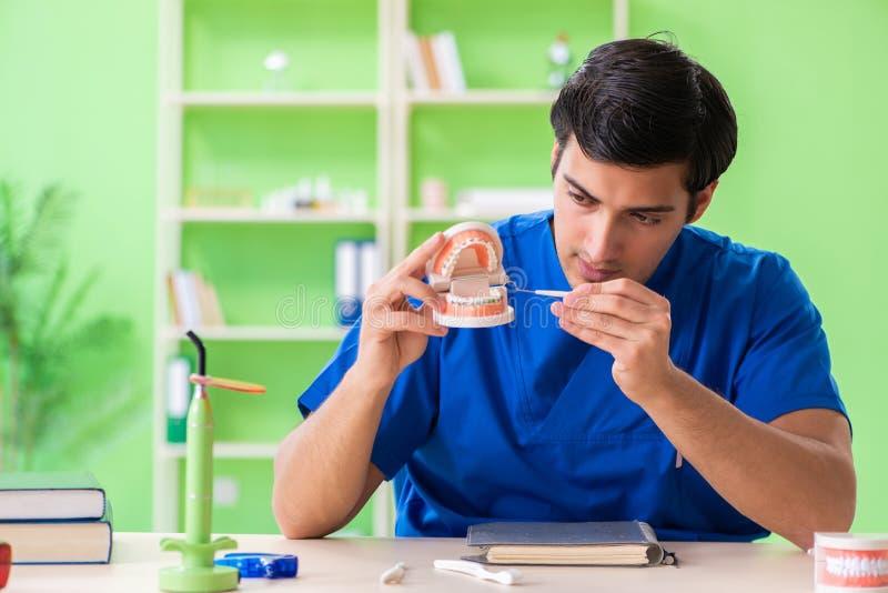 Ο οδοντίατρος ατόμων που εργάζεται στο νέο μόσχευμα δοντιών στοκ εικόνες
