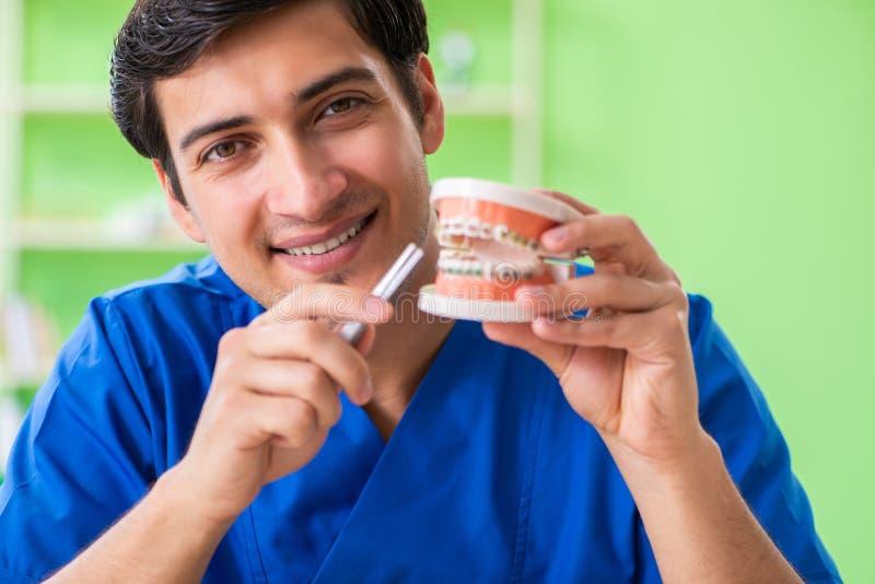 Ο οδοντίατρος ατόμων που εργάζεται στο νέο μόσχευμα δοντιών στοκ εικόνα