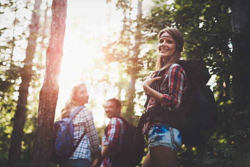 Οδοιπορία ζεύγους και πεζοπορία στο δάσος στοκ φωτογραφίες με δικαίωμα ελεύθερης χρήσης