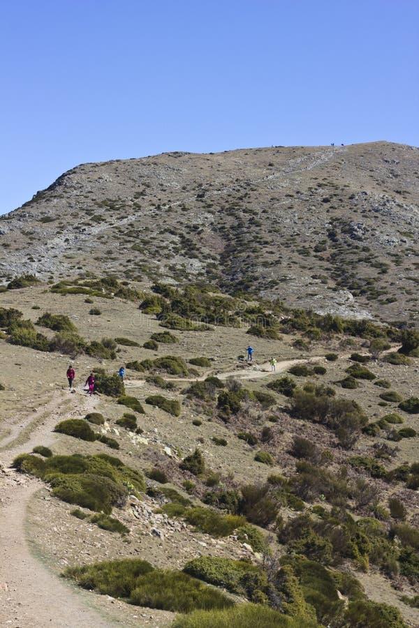 Οδοιπόροι που περπατούν στα βουνά Montseny στοκ εικόνες