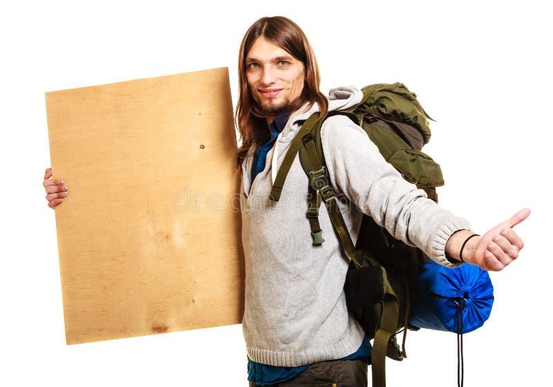 Οδοιπόρος ατόμων backpacker με την κενή ξύλινη διαστημική αγγελία αντιγράφων στοκ φωτογραφίες με δικαίωμα ελεύθερης χρήσης