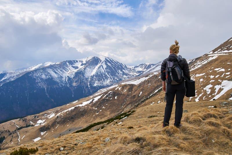 Οδοιπόρος γυναικών με το σακίδιο πλάτης στα βουνά στοκ εικόνες