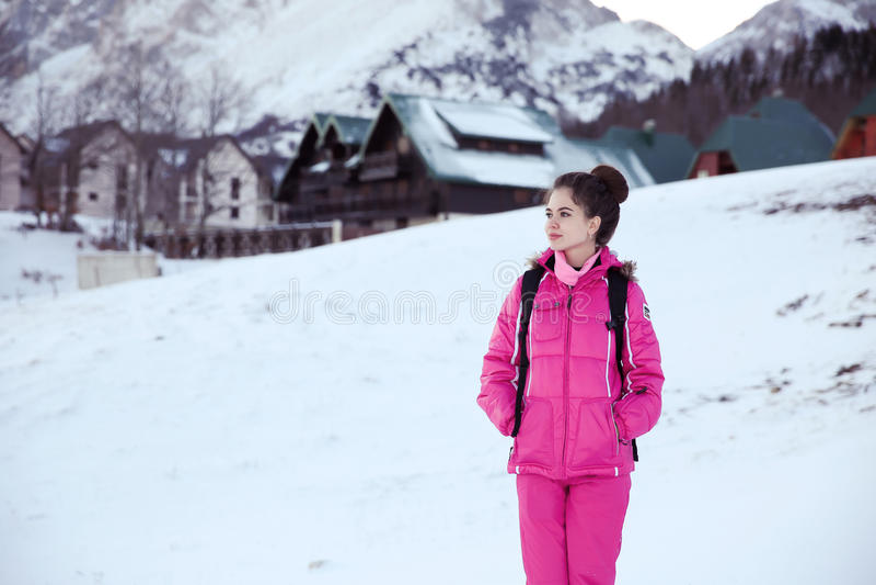 Οδοιπόρος γυναικών που περπατά, υγιής τρόπος ζωής στα βουνά Να πραγματοποιήσει οδοιπορικό στοκ εικόνα