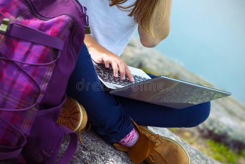 Οδοιπόρος κοριτσιών με ένα lap-top στοκ φωτογραφία