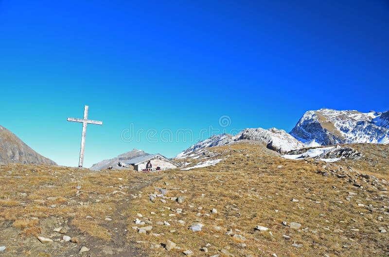 Οδοιπόρος κοριτσιών σε ένα πέρασμα βουνών στοκ φωτογραφίες