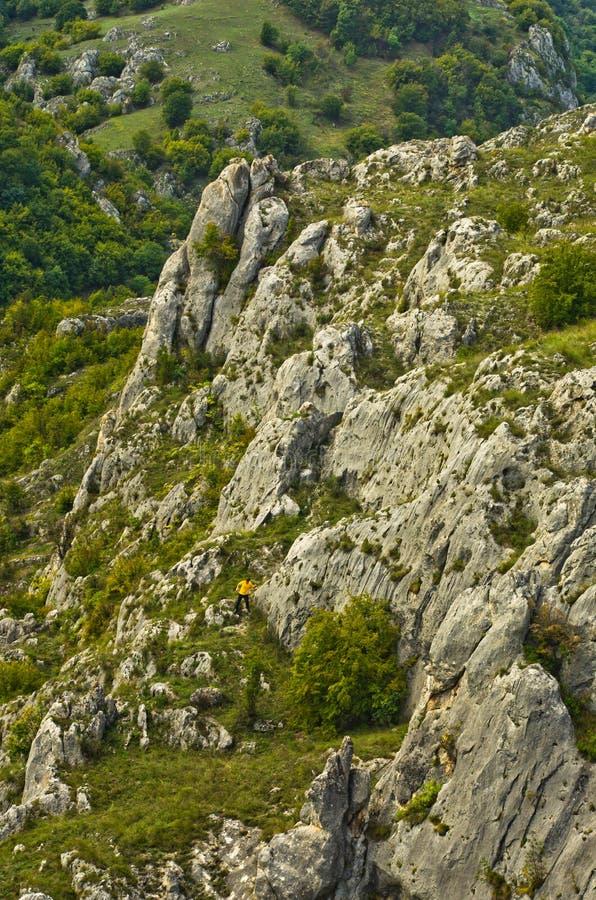 Οδοιπόρος που πηδά και που τρέχει μεταξύ των βράχων στο φαράγγι Jelasnica στοκ εικόνα
