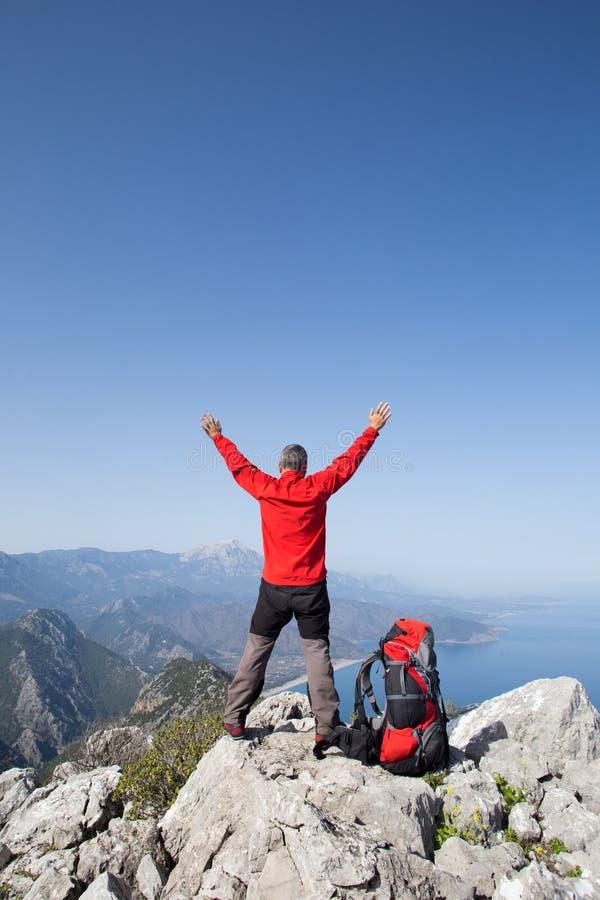 Οδοιπόρος που στέκεται πάνω από το βουνό με την κοιλάδα στο υπόβαθρο στοκ φωτογραφίες