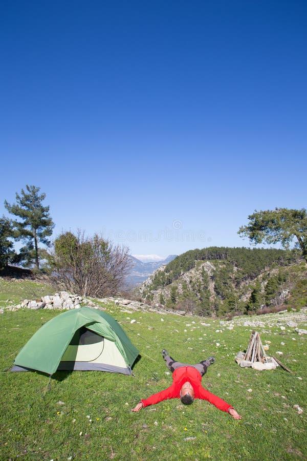 Οδοιπόρος που στέκεται πάνω από το βουνό με την κοιλάδα στο υπόβαθρο στοκ εικόνες