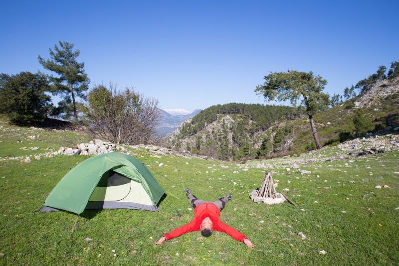 Οδοιπόρος που στέκεται πάνω από το βουνό με την κοιλάδα στο υπόβαθρο στοκ εικόνες με δικαίωμα ελεύθερης χρήσης