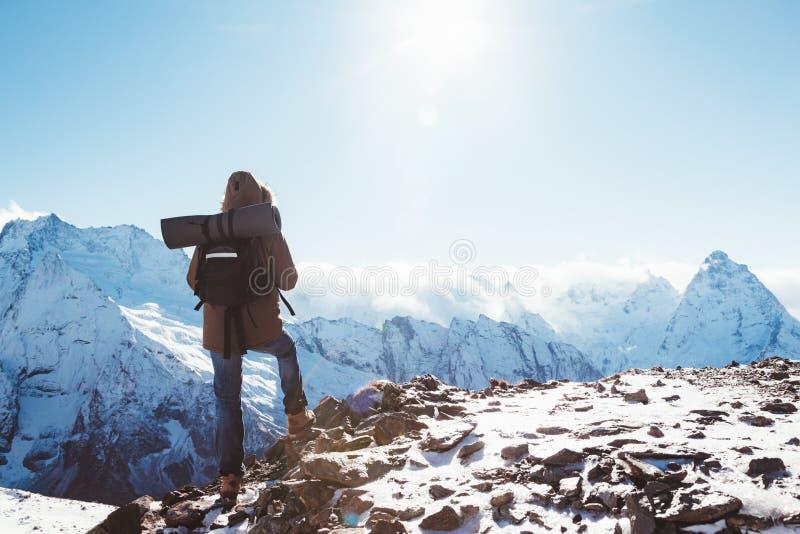 Οδοιπόρος στα βουνά το χειμώνα στοκ εικόνες