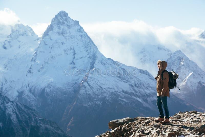 Οδοιπόρος στα βουνά το χειμώνα στοκ εικόνα