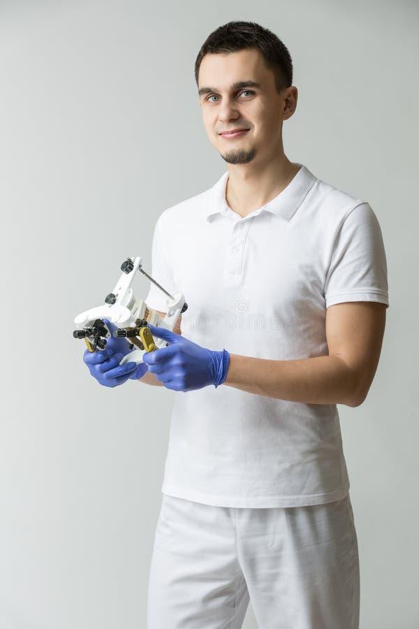 Οδοντίατρος με το parallelometer στοκ φωτογραφία με δικαίωμα ελεύθερης χρήσης